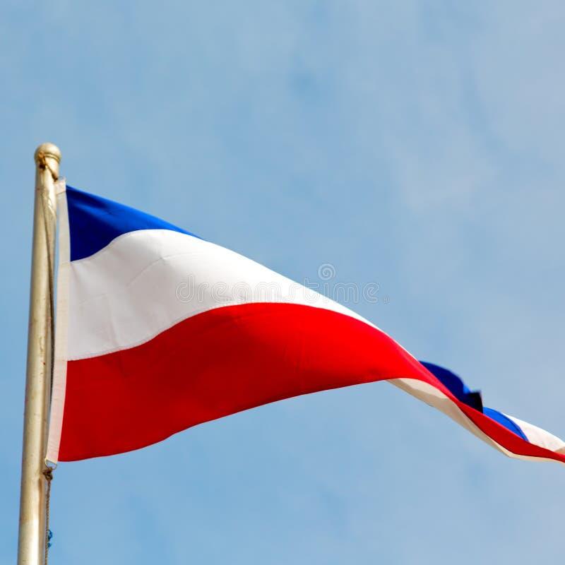 le drapeau de ondulation français dans les Frances de ciel bleu colorent et ondulent images libres de droits