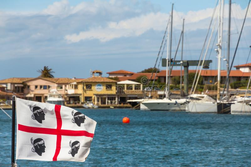 Le drapeau de Sadinia sur la c?te sarde Costa Smeralda photographie stock