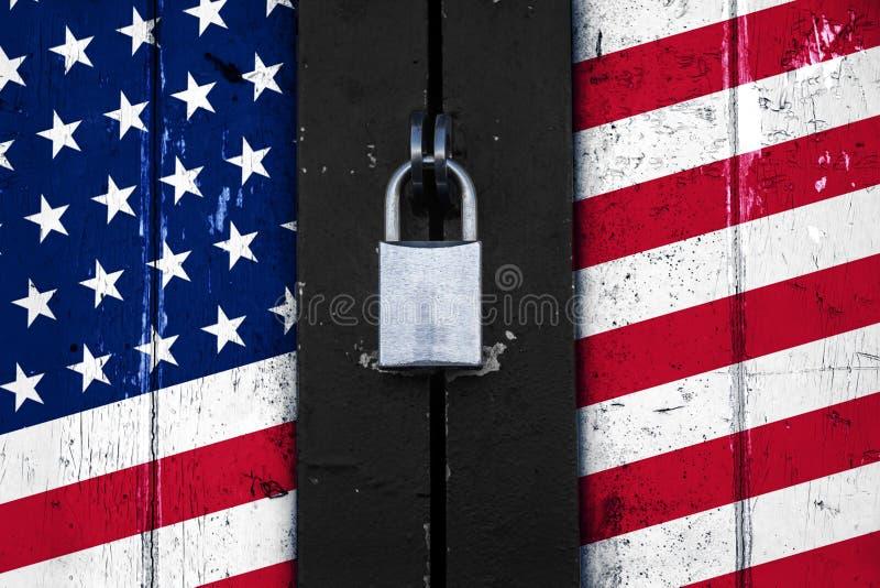 Le drapeau des Etats-Unis d'Amérique sur une porte avec un cadenas, se protègent image stock