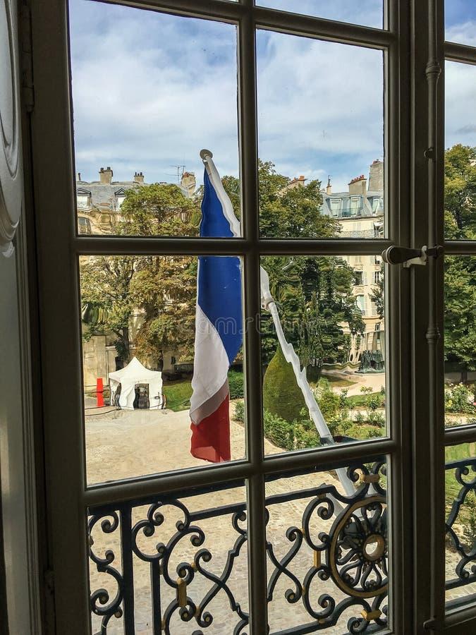 Le drapeau des Frances pend du poteau en dehors de la fenêtre de Rodin Museum à Paris, France photographie stock