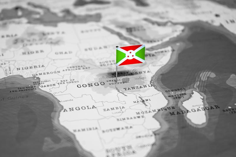 Le drapeau du Burundi dans la carte du monde photo stock