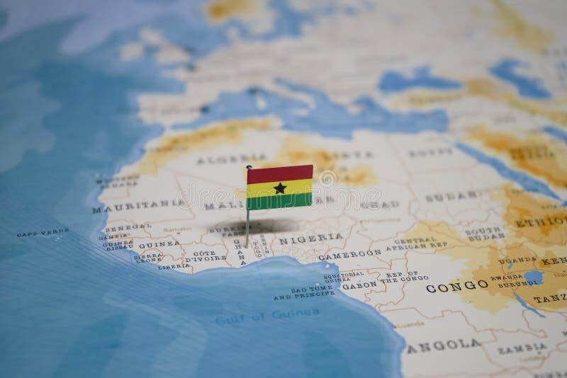 Le drapeau du Ghana dans la carte du monde photos libres de droits