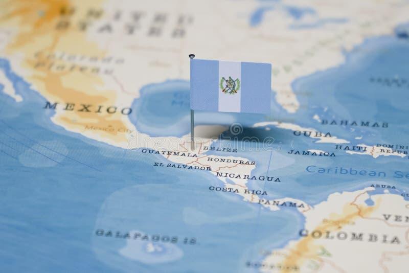 Le drapeau du Guatemala dans la carte du monde photos stock