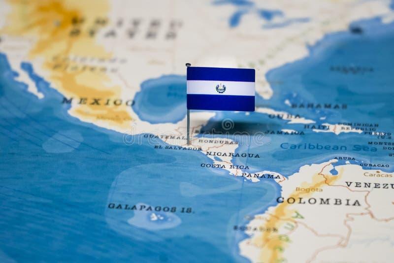 Le drapeau du Salvador dans la carte du monde photo libre de droits