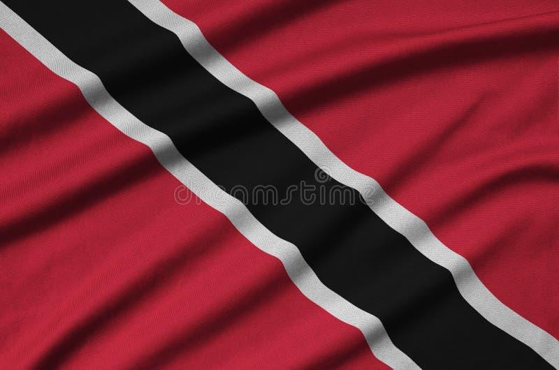 Le drapeau du Trinidad-et-Tobago est dépeint sur un tissu de tissu de sports avec beaucoup de plis Bannière d'équipe de sport image libre de droits
