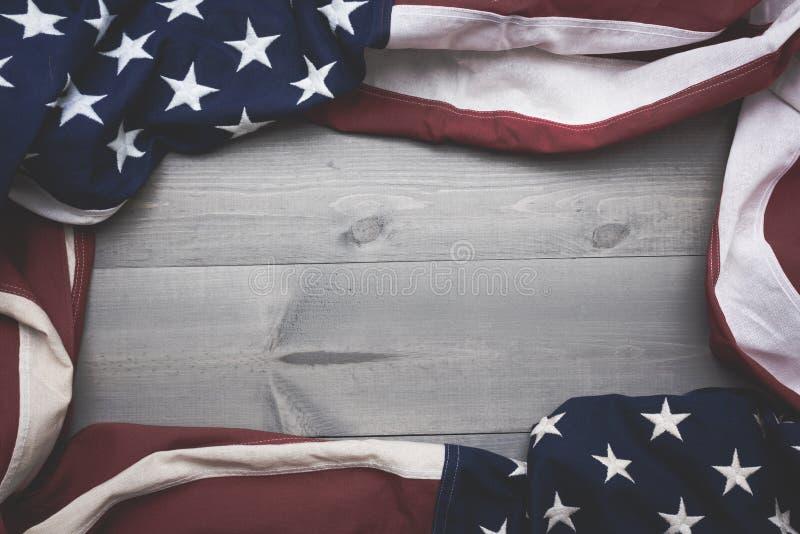 Le drapeau du uni assouvit sur un fond gris de planche avec l'espace de copie image stock