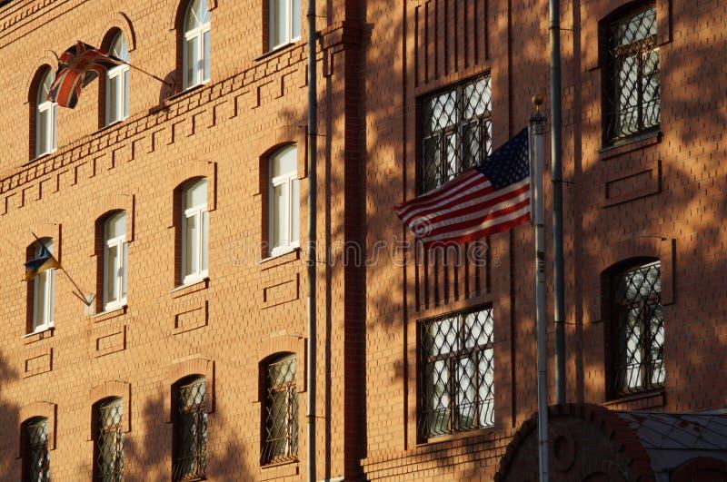 Le drapeau est en harmonie avec les éléments de la façade photos libres de droits