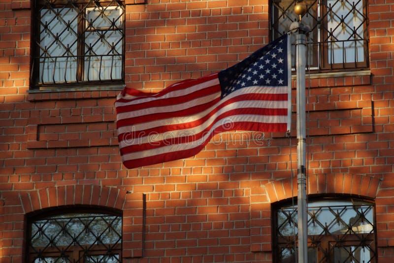 Le drapeau est en harmonie avec les éléments de la façade photographie stock