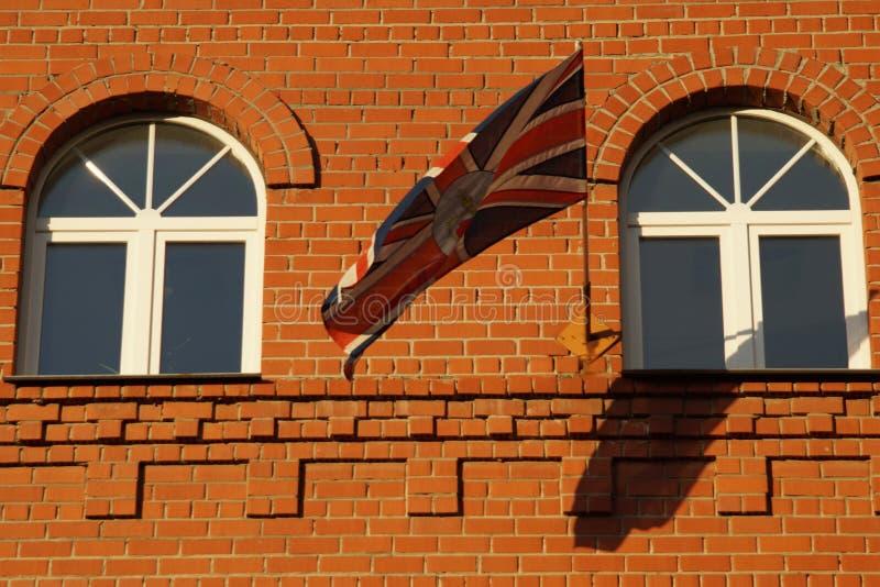 Le drapeau est en harmonie avec les éléments de la façade photographie stock libre de droits