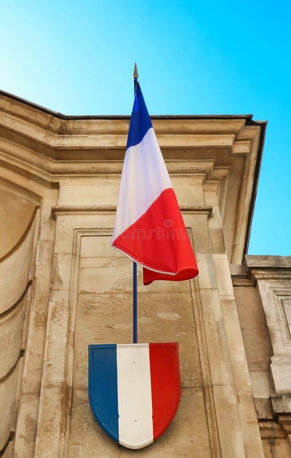 Le drapeau et l'insigne français avec des couleurs nationales françaises photos libres de droits
