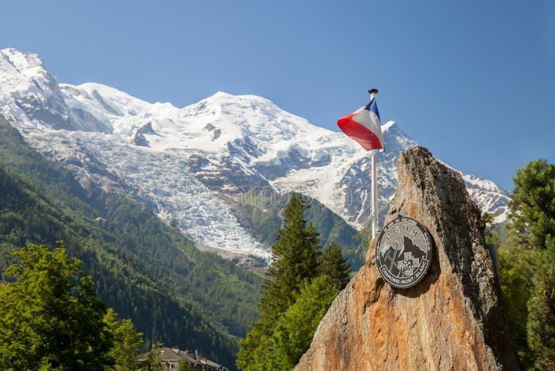 Le drapeau et le symbole français de Peloton de Gendarmerie De Montagne Haute, Chamonix images libres de droits