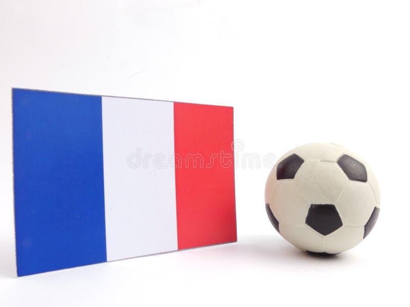 Le drapeau français avec la boule du football isloated sur le blanc image stock