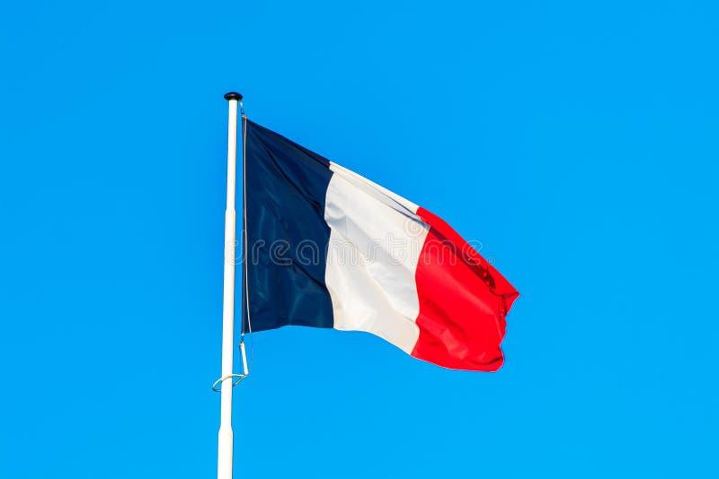 Le drapeau français avec le ciel bleu à l'arrière-plan image stock