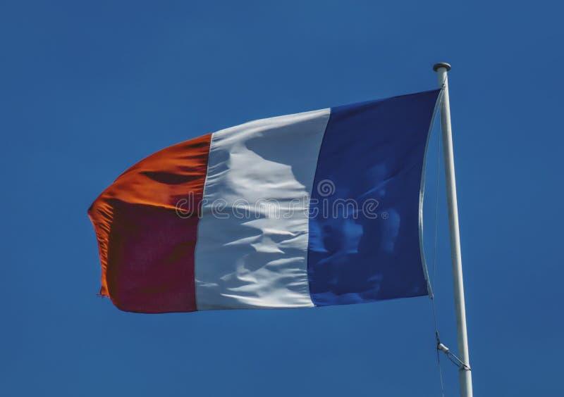 Le drapeau français flotte dans le vent image libre de droits