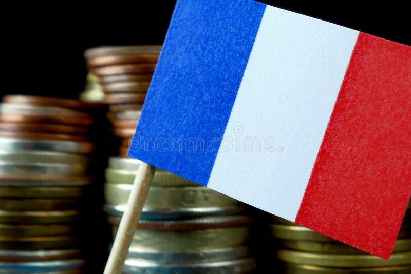 Le drapeau français ondulant avec la pile d'argent invente image stock