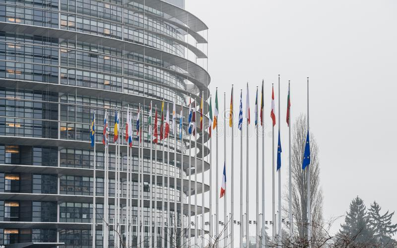 Le drapeau français vole au mi-mât devant le Parl européen photo stock
