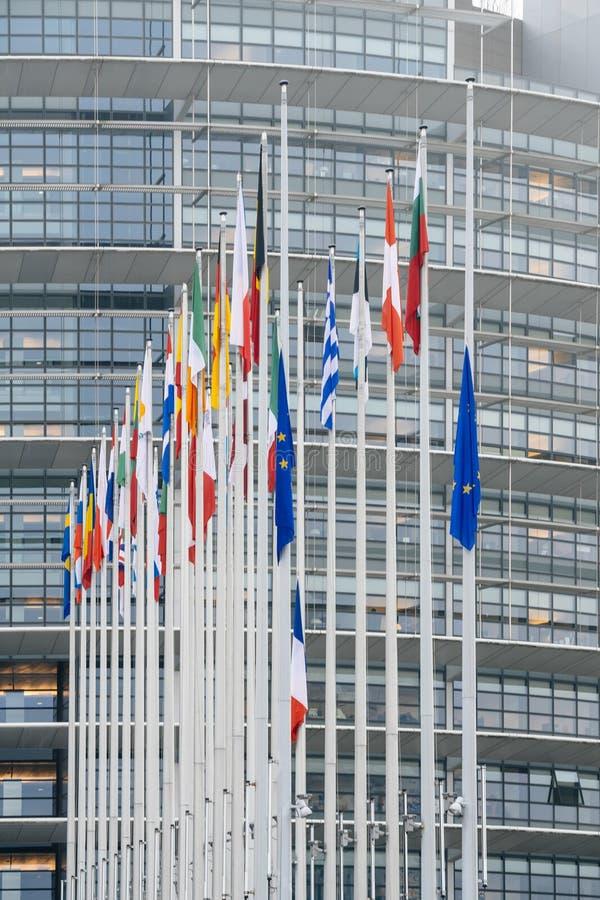 Le drapeau français vole au mi-mât devant le Parl européen photos libres de droits