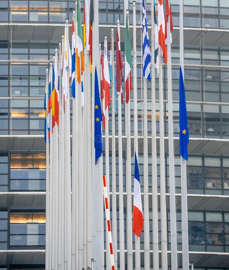 Le drapeau français vole au mi-mât devant le Parl européen photos stock