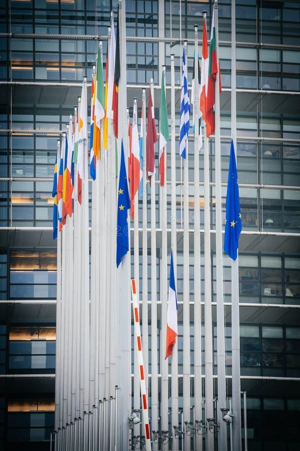 Le drapeau français vole au mi-mât devant le Parl européen image libre de droits