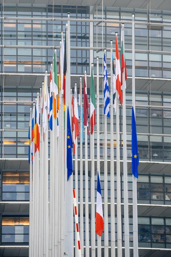 Le drapeau français vole au mi-mât devant le Parl européen images libres de droits