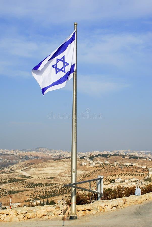 Le drapeau israélien en ciel bleu images stock