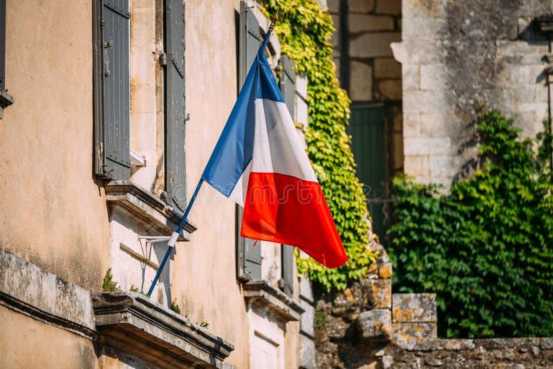 Le drapeau national de Tricolours de Français décorent le vieux bâtiment dans les Frances photo stock