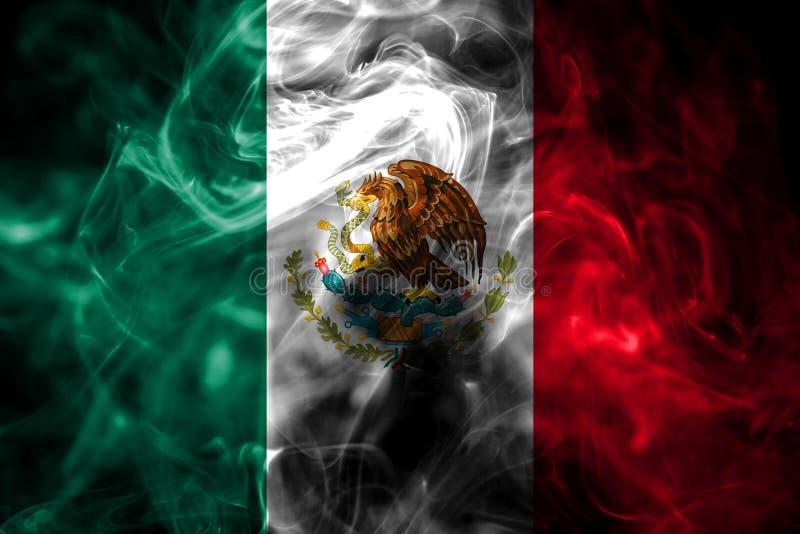 Le drapeau national du Mexique a fait à partir de la fumée colorée sur le fond noir Fond soyeux abstrait de vague photo stock