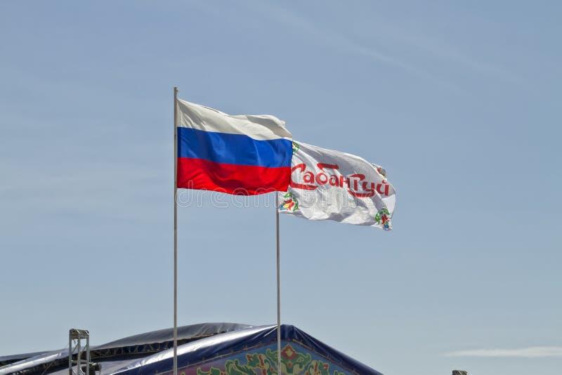 Le drapeau russe et un drapeau du festival Sabantui se développent dans le vent photo libre de droits
