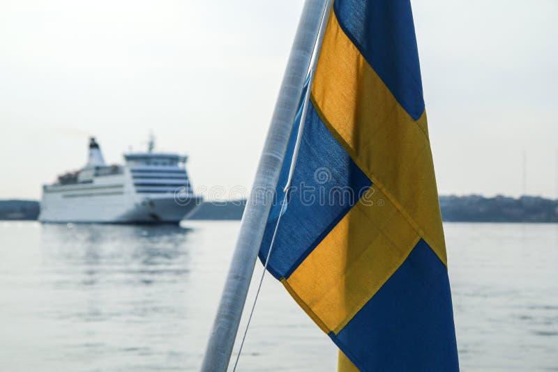 Le drapeau suédois de détail accrochant sur le ferry image libre de droits