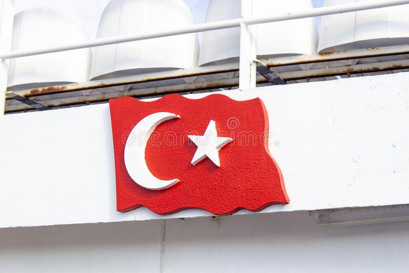 Le drapeau turc découpant du morceau en bois a accroché sur le bateau photo libre de droits