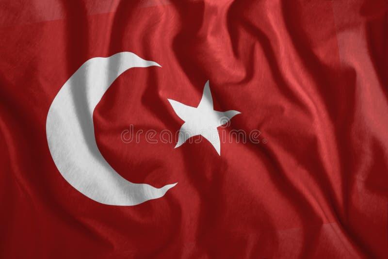 Le drapeau turc flotte au vent. Drapeau coloré de la Turquie. Le patriotisme, symbole patriotique illustration libre de droits
