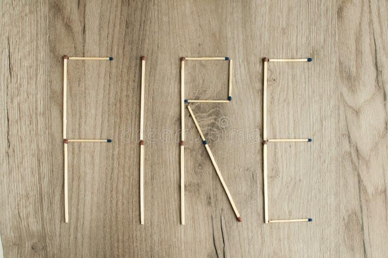 Le ` du feu de ` de mot écrit par des allumettes photo stock