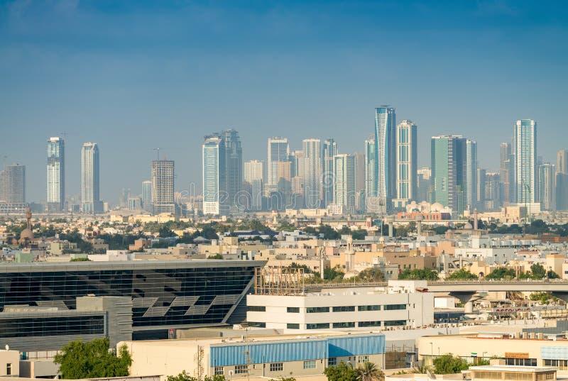 LE DUBAÏ - DÉCEMBRE 2016 : Vieux et modernes bâtiments de Dubaï Ci photos stock