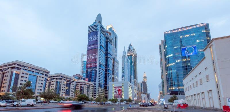 LE DUBAÏ, EAU - 1ER AVRIL 2016 : Architecture du centre de Dubaï au matin Vue aérienne de la route de Sheikh Zayed avec de nombre photo stock
