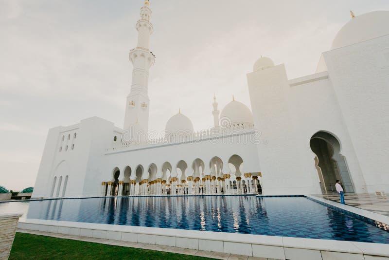 Le DUBAÏ, EAU - janvier 06,2019 : Sheikh Zayed Grand Mosque, Abu Dhabi La 3ème plus grande mosquée au monde, secteur est à angle  image libre de droits