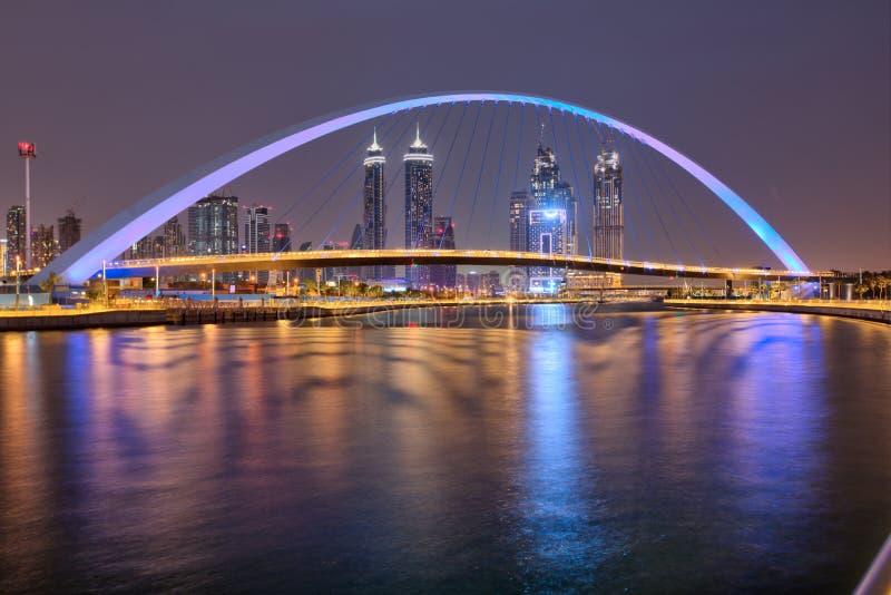 LE DUBAÏ, EAU - MAI 2018 : Le coucher du soleil coloré au-dessus des gratte-ciel du centre de Dubaï et le pont de tolérance de Du photo stock