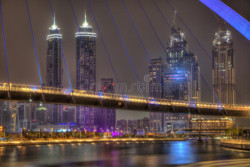 LE DUBAÏ, EAU - MAI 2018 : Le coucher du soleil coloré au-dessus des gratte-ciel du centre de Dubaï et le pont de tolérance de Du image libre de droits