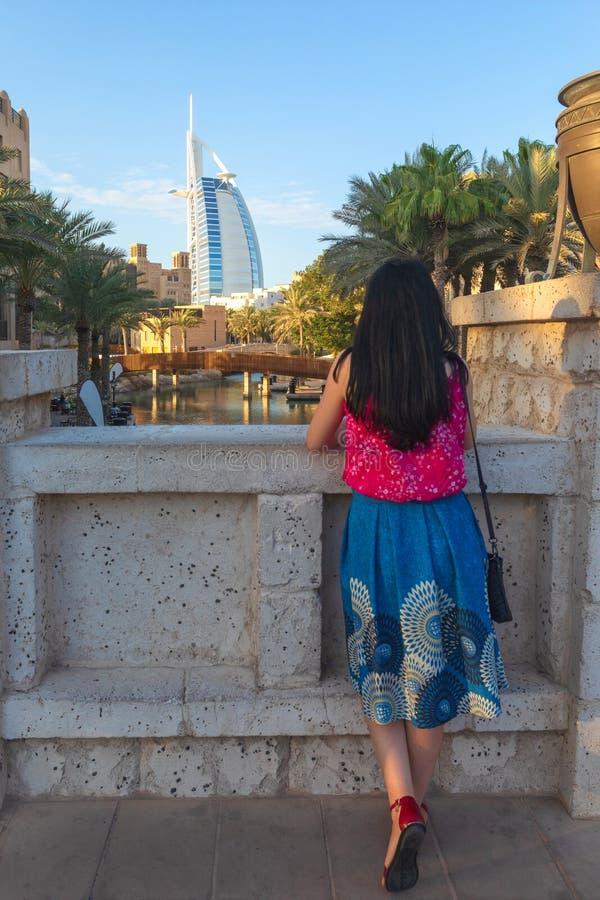 LE DUBAÏ, EAU - 12 NOVEMBRE 2018 : vue de dos de la jeune femme de touristes regardant l'Arabe d'Al de Burj du souk de Madinat Ju photo libre de droits