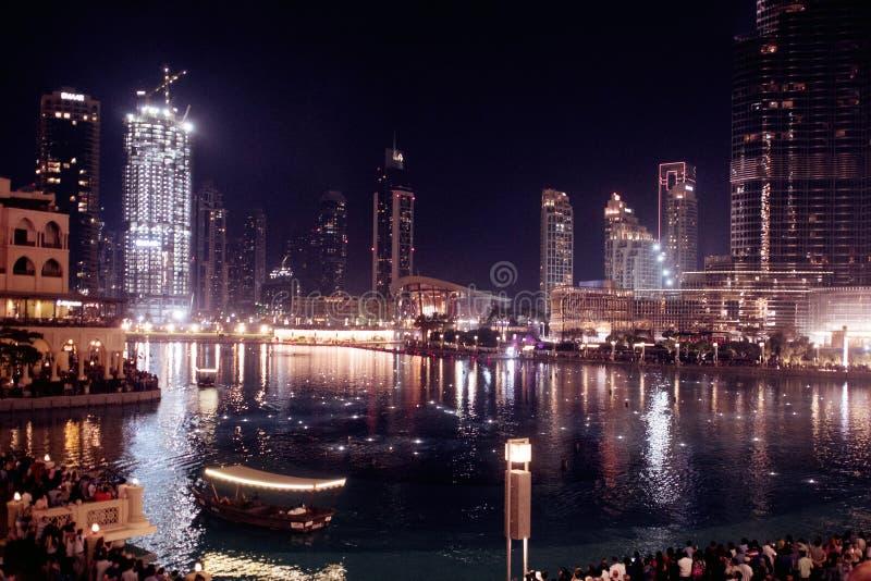 LE DUBAÏ, EMIRATS ARABES UNIS - 25 AVRIL 2018 : Scène de nuit, rues d'une grande ville moderne Gratte-ciel de Dubaï photo stock