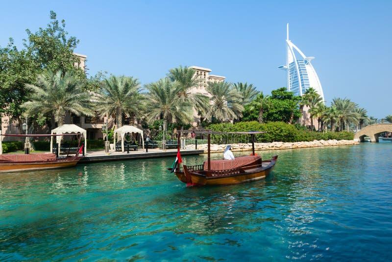 LE DUBAÏ, EMIRATS ARABES UNIS - 7 DÉCEMBRE 2016 : Vue à l'hôtel de Burj Al Arab du lieu de villégiature luxueux de Madinat Jumeir image libre de droits