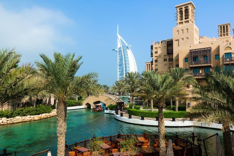 LE DUBAÏ, EMIRATS ARABES UNIS - 7 DÉCEMBRE 2016 : Vue à l'hôtel de Burj Al Arab du lieu de villégiature luxueux de Madinat Jumeir photographie stock