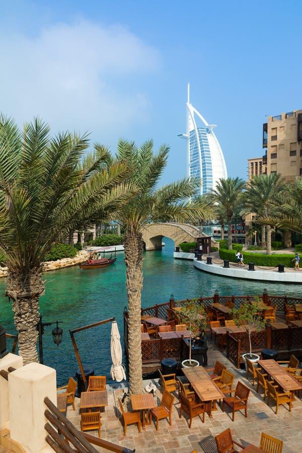 LE DUBAÏ, EMIRATS ARABES UNIS - 7 DÉCEMBRE 2016 : Vue à l'hôtel de Burj Al Arab du lieu de villégiature luxueux de Madinat Jumeir photos stock