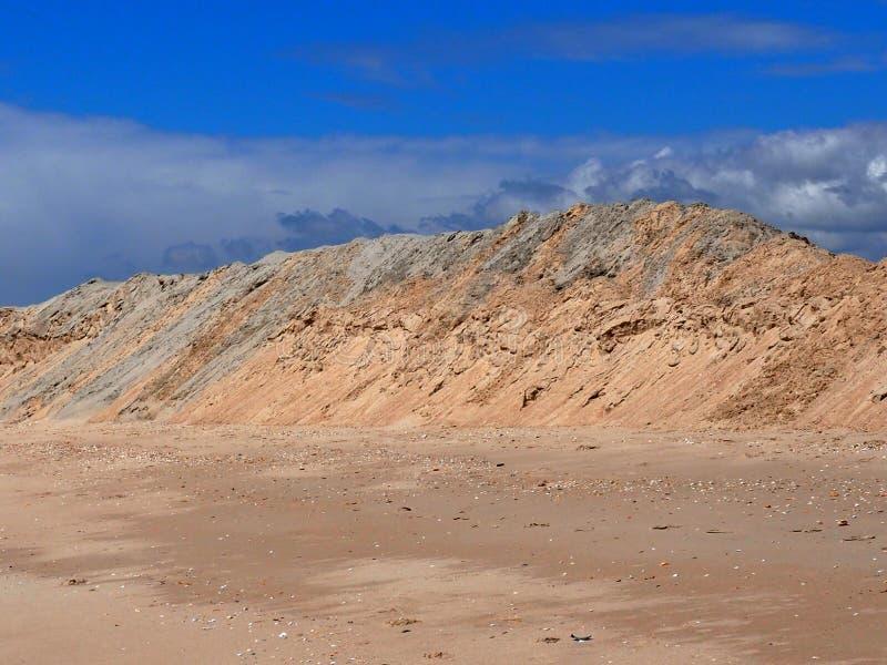 Le dune di sabbia sulla spiaggia a Praia fanno Barril Tavira Portogallo immagine stock