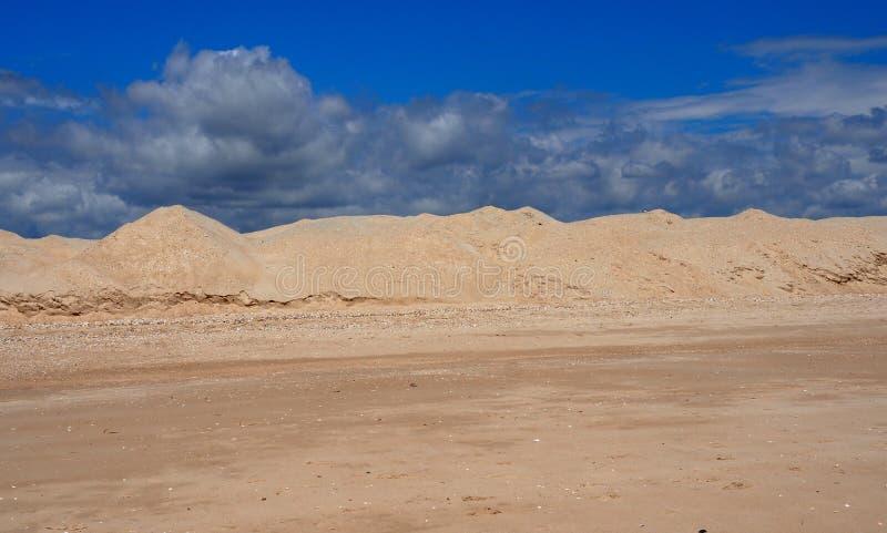 Le dune di sabbia sulla spiaggia a Praia fanno Barril Tavira Portogallo fotografia stock libera da diritti