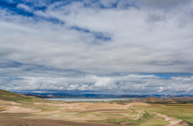 Le dune si avvicinano al lago fotografie stock