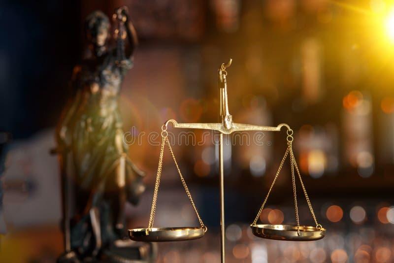 Le dur labeur d'un avocat asiatique dans un bureau du ` s d'avocat Conseillant et donnant le conseil et les poursuites au sujet d photos libres de droits
