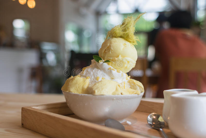 Le durian de dessert de Bingsoo ou de Bingsu Corée a servi avec l'écrimage adouci de lait condensé avec la sucrerie de coton photographie stock