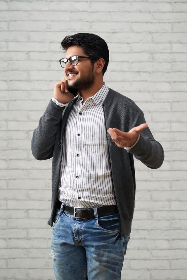 Le entreprenören som talar på telefonen royaltyfri fotografi