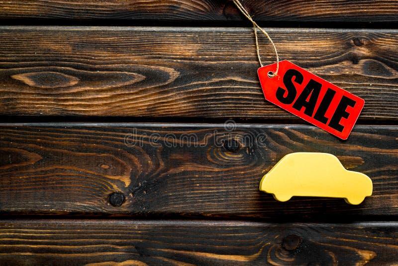 Le etichette e l'automobile di vendita dipendono la derisione di legno di vista superiore del fondo su fotografia stock libera da diritti
