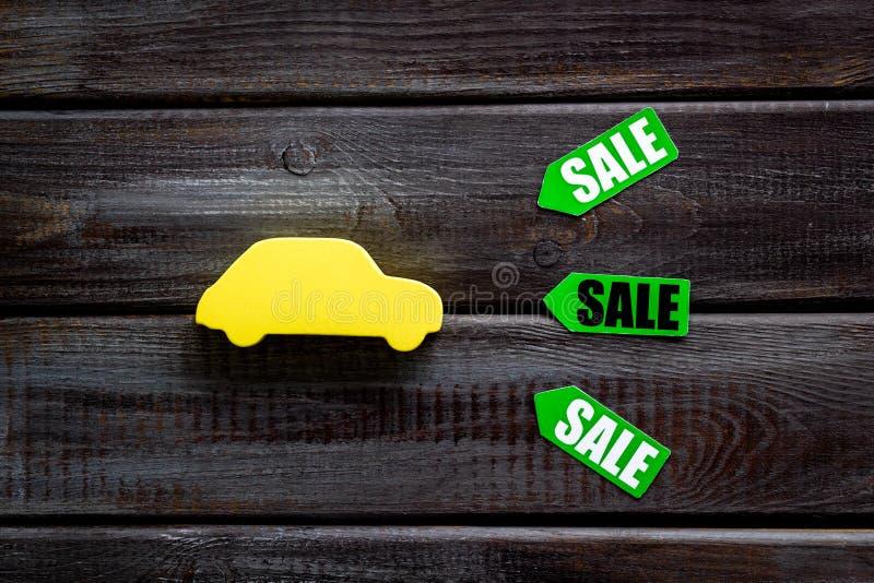 Le etichette e l'automobile di vendita dipendono la vista superiore del fondo bianco fotografie stock libere da diritti